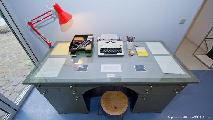 Рабочий стол писателя в его доме-музее