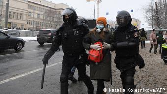 Силовики задерживают девушку в Москве