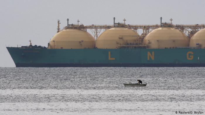 СПГ-танкер и рыбацкая лодка