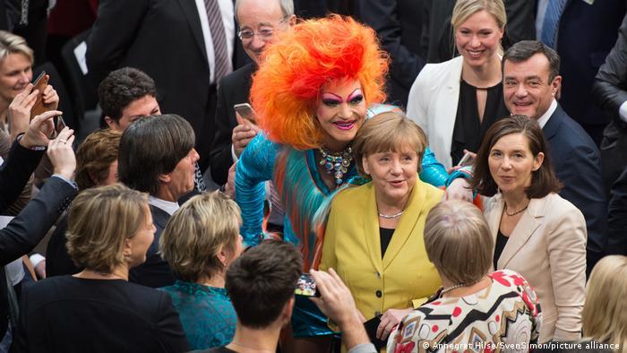 Оливия Джонс позирует в будндестаге с канцлером Германии Ангелой Меркель