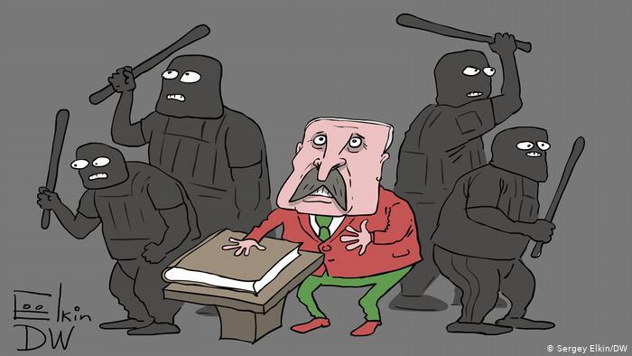Омоновцы с дубинками вокруг Лукашенко, который положил руку на конституцию и принимает присягу
