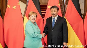 Ангела Меркель пожимает рукку Си Цзинпиню во время встречи в Пекине в 2019 году
