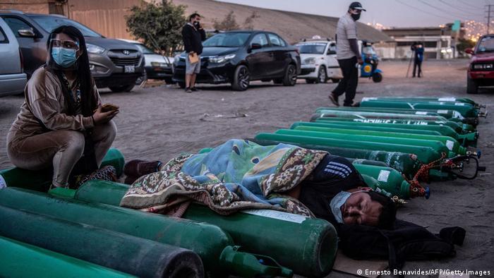 Родственники больных ковидом в столице Перу Лиме ждут, пока кислородные цилиндры заполнятся газом