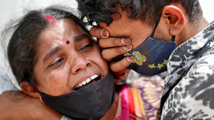 Indien Bildergalerie Coronavirus | Ahmedabad, Trauer Angehörige