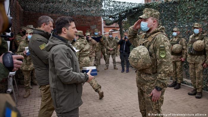 Зеленский награждает украинских солдат, отличившихся в несении службы