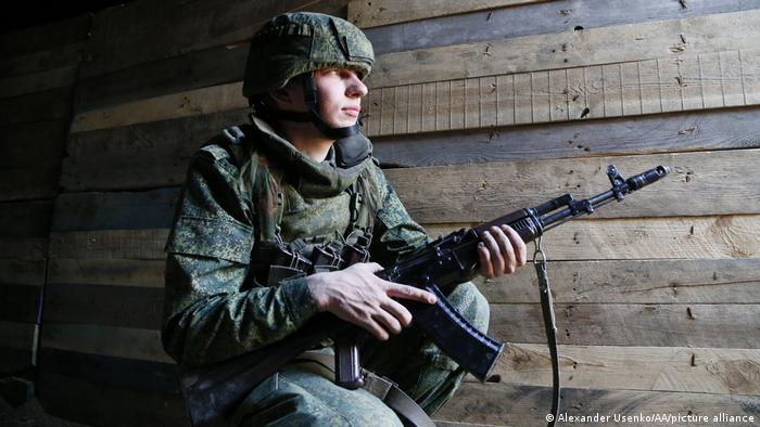 Боец одного из подразделений ДНР в пригороде Донецка