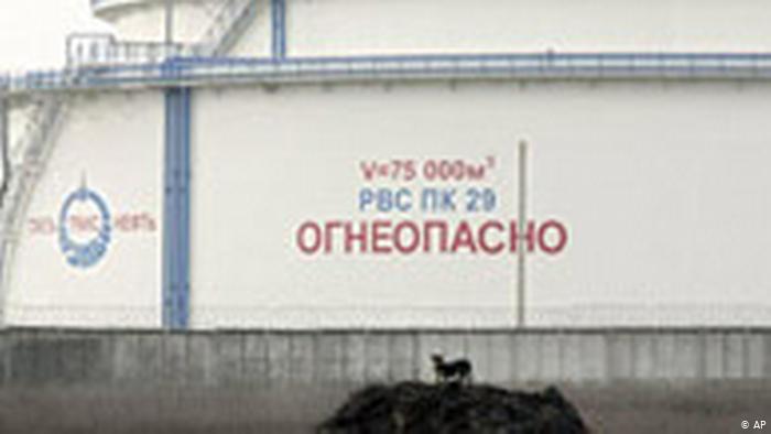 Емкость с российской нефтью на нефтеперерабатывающем заводе в белорусском Мозыре
