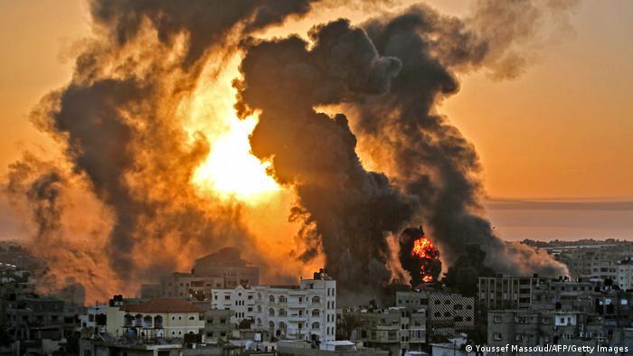 Клубы дыма после ракетного обстрела жилых домов палестинцев в секторе Газа израильской военной авиацией, 12 мая 2021 года