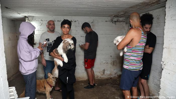 Израильтяне в бомбоубежище в Тель-Авиве во время авианалета со стороны сектора Газа
