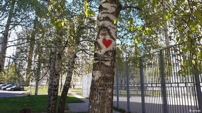 Красное сердечко, нарисованное на березе