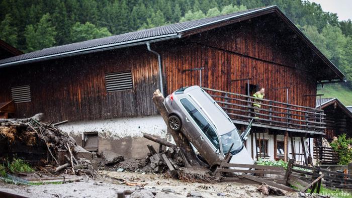 В горных регионах в районе австрийского Зальцбурга осадки вызвали мощные селевые потоки. Лавины грязи, льда и воды, как можно увидеть на фотографии из Таксенбаха, увлекли за собой и автомобили.