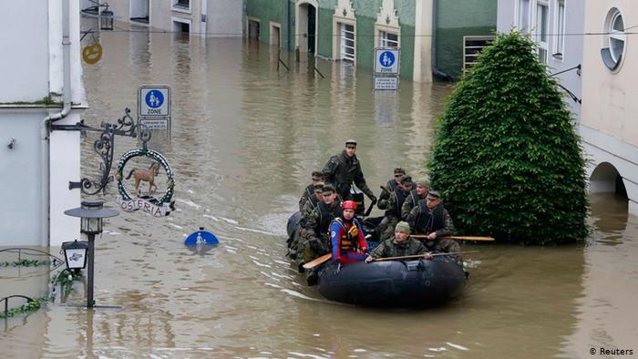 В надувной лодке солдаты бундесвера плывут по центру Пассау. Их задача - проконтролировать, остался ли кто-то в затопленных домах, из которых уже была проведена эвакуация жителей. Оставшихся вывозят в безопасное место.