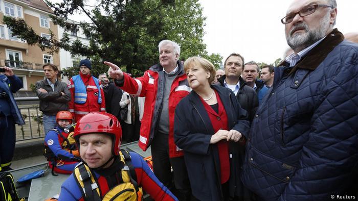В Германии хорошо помнят, как в 2002 году тогдашний канцлер Герхард Шрёдер (Gerhard Schröder) повысил свою популярность за счет активных действий по борьбе с наводнением на Эльбе и Одере. Канцлер Ангела Меркель (Angela Merkel) 4 июня 2013 года отправилась в зону наводнения вместе с премьером Баварии, Хорстом Зеехофером (Horst Seehofer), партия ХСС которого идет на выборы в блоке с ХДС Меркель.