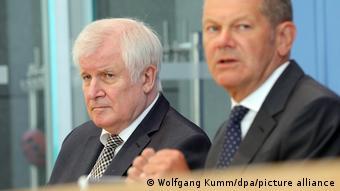 Хорст Зеехофер (слева) и Олаф Шольц на пресс-конференции в Берлине 21 июля