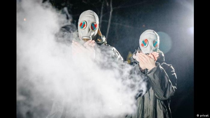 Белорусы с заклеенными красно-зеленой лентой глазами в видеоролике
