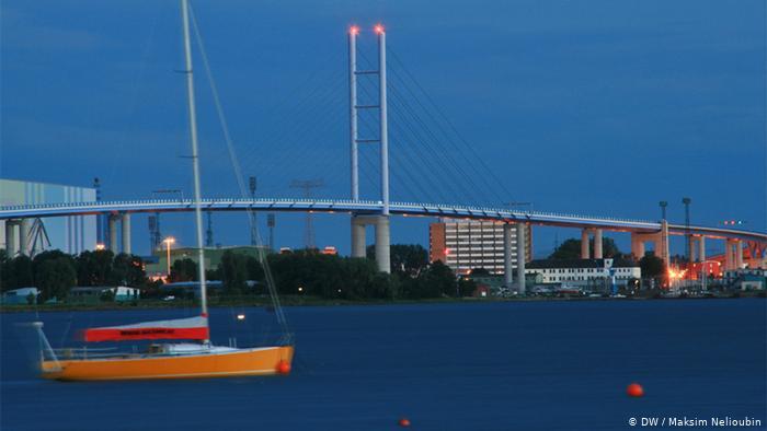 Автомобильный мост на Рюген (Rügen) в Штральзунде. Фото: DW / Максим Нелюбин