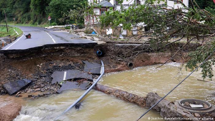 Обвалившееся дорожное полотно в районе Арвайлер в земле Рейнланд-Пфальц.