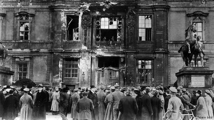 Фасад Городского дворца после обстрела, 24 декабря 1918 года