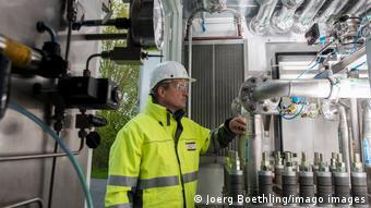 Техник осматривает электролизёр в Гамбурге