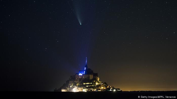 Комета NeoWise в небе над Нормандией