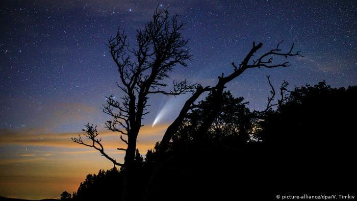 Комета NeoWise в небе над плато Лаго-Наки
