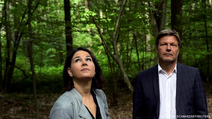 Кандидат в канцлеры Анналена Бербок и второй сопредседатель партии Союз-90/Зеленые Роберт Хабек