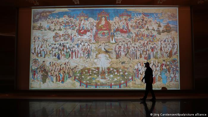 Картина на шелке с изображением проповеди Будды - экспонат выставки в Форуме Гумбольдтов