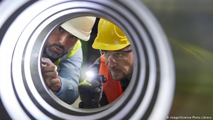 Инженеры проверяют состояние трубы