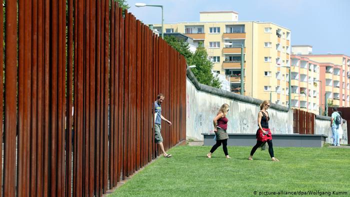 Один из сохранившихся участков Берлинской стены