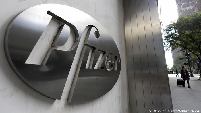 Эмблема корпорации Pfizer на ее штаб-квартире в Нью-Йорке