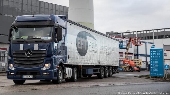 Грузовик выезжает из ворот завода Pfizer в Пуурсе в Бельгии
