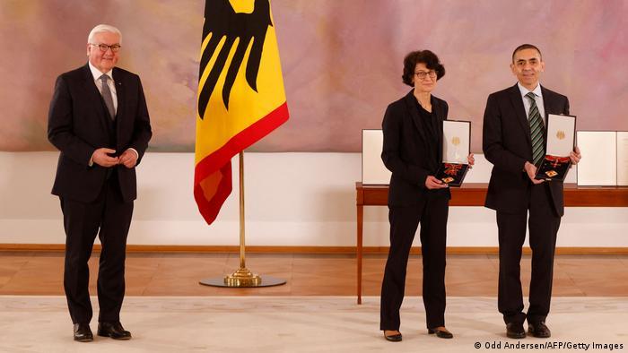 Президент ФРГ вручает орден разработчикам вакцины