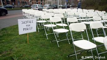 Родственники погибших установили пустые стулья перед посольством РФ в Нидерландах перед началом судебного процесса