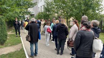Очередь белорусов в здание суда