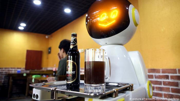 Роботы-официанты в Китае
