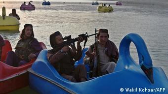 Талибы проводят время в парке развлечений под Кабулом