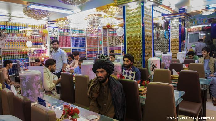 Афганские мужчины в ресторане в Герате