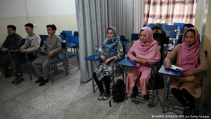 Афганские студенты на занятиях в университете