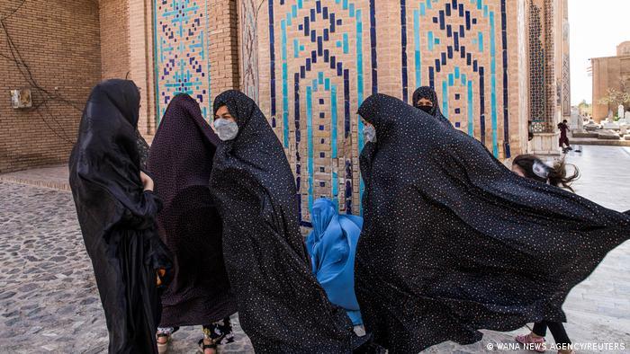 Афганские женщины перед мечетью в Герате