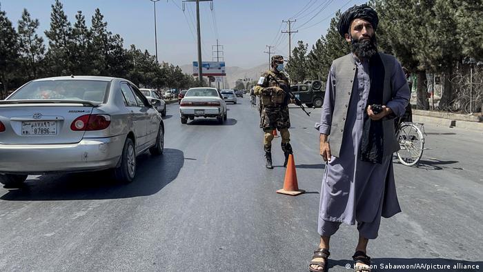 Вооруженные талибы на дороге