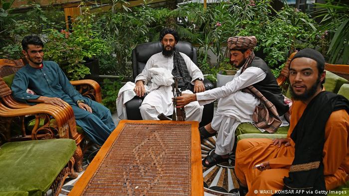 Боевики Талибана в саду на вилле, принадлежавшей генералу Дустуму